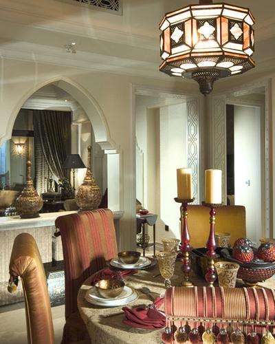 Moderni sisustussuunnittelu marokkolainen tyyli sekoittamalla Chic ja mukavuutta, jossa Rich huone värit