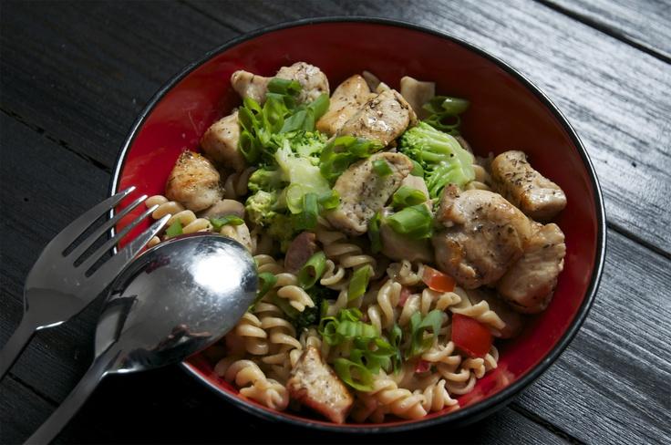 Pasta met kip, broccoli, champignons en zongedroogde tomaten. /// Recept uit: Gezond Eten