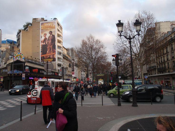 Al lado del Moulin Rouge