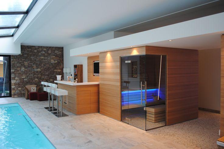 Sauna van Hemlock maatwerk in binnenzwembad met maatwerk bar.