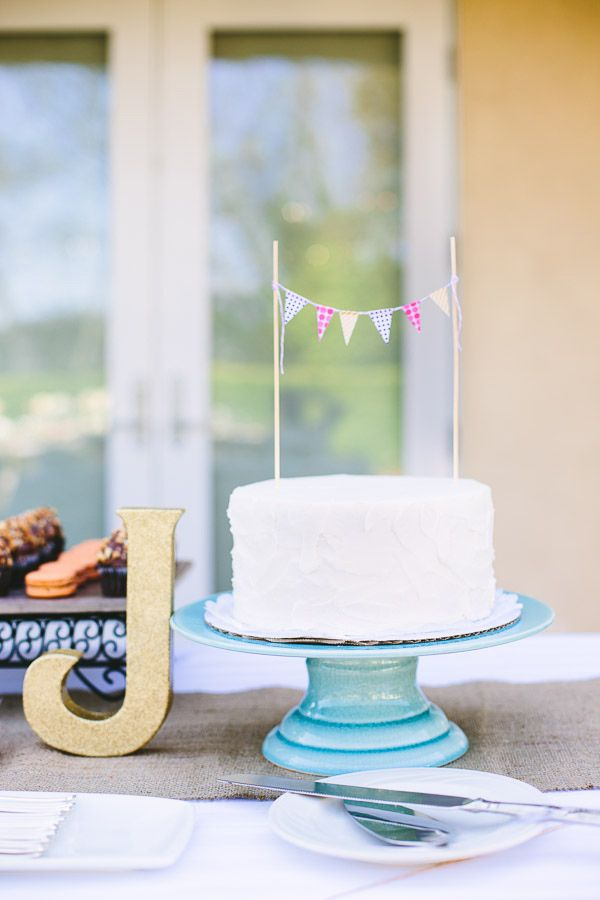 simple white wedding cake // photo by Mary Costa Photography // cake ...