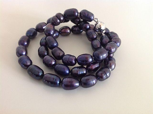 Bellas bedrifter: Hvide linseperler og blå ovale perler...