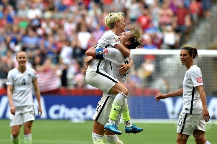 女子サッカーW杯カナダ大会・グループD、ナイジェリア対米国。得点を挙げミーガン・ラピノー(中央左)と喜ぶ米国のアビー・ワンバック(中央右、2015年6月16日撮影)。(c)AFP/Getty Images/Rich Lam ▼17Jun2015AFP|米国がワンバック弾で16強入り決める、女子サッカーW杯 http://www.afpbb.com/articles/-/3051847 #2015_FIFA_Womens_World_Cup #Group_D_Nigeria_vs_United_States