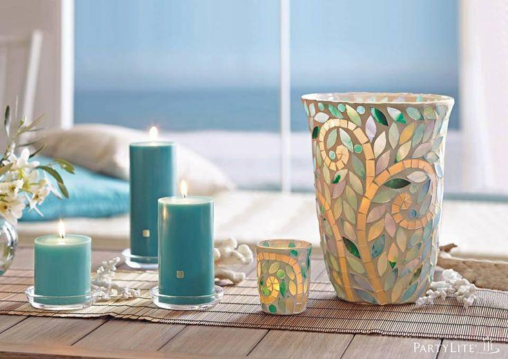 Windlicht Olea, von Hand applizierte Mosaikplättchen aus Glas in schillernden Türkistönen des Ozeans. Jedes Mosaikstück ist individuell gefertigt und kann in Farbe und Form leicht variieren. www.susannerentsch.partylite.ch
