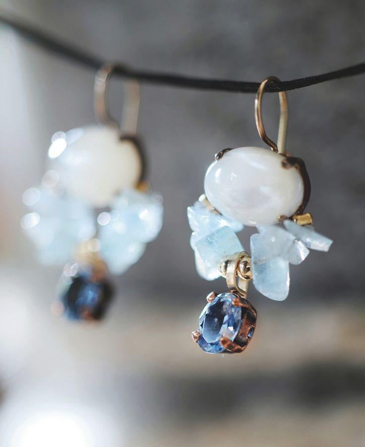 Moonglow oorbellen / Moonglow earrings - Heel mooi bij stoere, maar ook klassieke kleding staan deze oorbellen van Yifat Bareket.  Ze koos voor parelmoer, gecombineerd met aquamarijn en een helderblauwe zirkoon.
