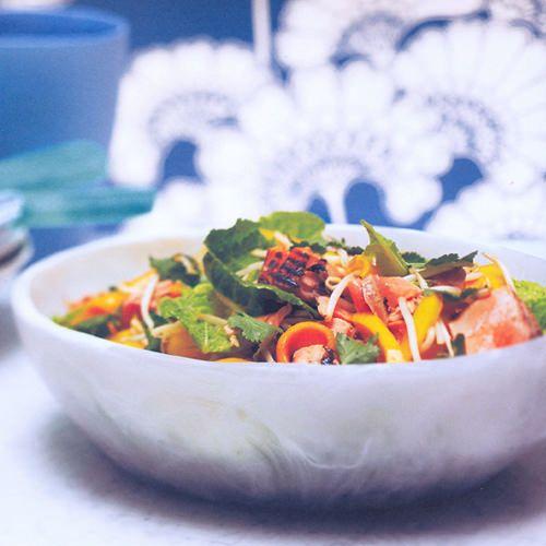 Zalmsalade van gegrilde zalm met oosterse dressing - recept - okoko recepten