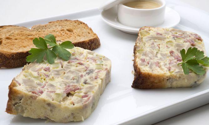 Karlos Arguiñano elabora un pastel de espárragos verdes, setas y jamón curado de pavo acompañado de tostas de pan y salsa de cebolla casera.