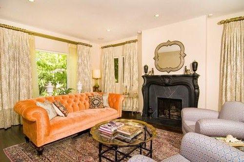Оранжевый диван в декоре гостиной