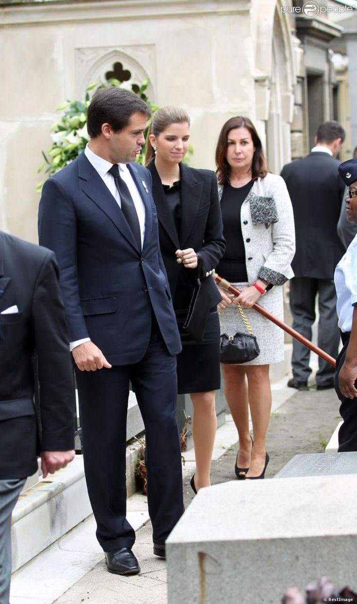 Louis de Bourbon, avec son épouse la princesse Maria Margarita et sa mère Maria del Carmen Martinez-Bordiu y Franco lors de l'inhumation d'Emmanuelle de Dampierre, duchesse douairière de Ségovie et d'Anjou, morte le 3 mai 2012 à Rome, dans le caveau familial des Dampierre, au cimetière de Passy, à Paris, le 11 mai 2012. Une messe de funérailles avait préalablement eu lieu en l'église Notre-Dame du Val-de-Grâce, rassemblant autour de Louis de Bourbon la famille légitimiste et la Maison de…
