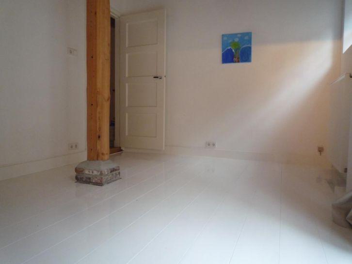 Brede grenen planken vloer delen.  prachtige planken om wit te schilderen. Vloer delen zijn op voorraad evt bezorging is ook mogelijk.In de boerderij hebben we een wit geschilderde grenen planken vloer liggen die hoog glans wit is geschilderd. Grenen planken 20cm breed,200cm breed,vaste prijs €10.50-inclusief de btw MEERPRIJS WIT GESCHILDERDE PLANKEN €10-M². Dit betekend, 2x, dekkend gegrond met Sikkens slijtvaste grond verf. Tel 06-51138258. www.eerlijkhout.nl