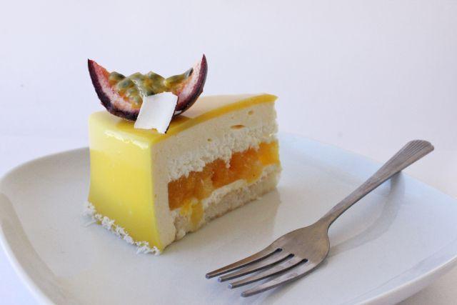 Экзотический торт: бисквит кокосовый дакуаз, кокосовый мусс, компоте из ананаса, манго и маракуйи, кокосовый мусс, мусс из манго и маракуйи. загружен...