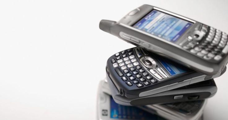 Como fazer um celular de brinquedo com papel. Com o descaso da jurisprudência sobre os efeitos maléficos da radiação de telefones celulares no desenvolvimento de crianças, um brinquedo que imita um telefone celular, feito de papel, oferece uma forma segura para que as crianças imitem a moda dos adultos.