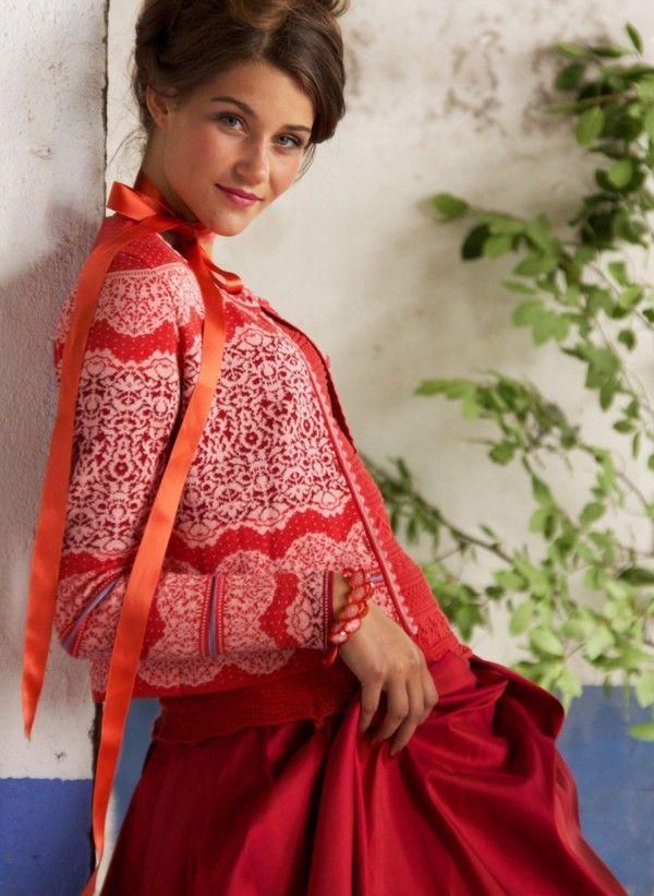 Норвежский бренд Oleana основан в 1992 году. Это экологическая одежда. Основные материалы: мериносовая шерсть, шелк и альпака. Oleana — это изысканность и качество, гармония цвета и формы. Ну и конечно же, главной характерной чертой этого бренда являются выразительные жаккардовые узоры с растительными мотивами. Глаз радуется, …
