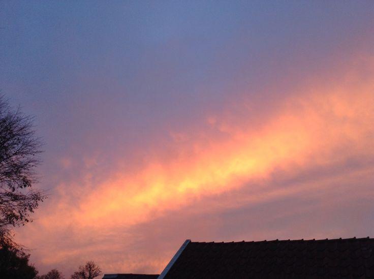 Solnedgång över gårdsplanen.