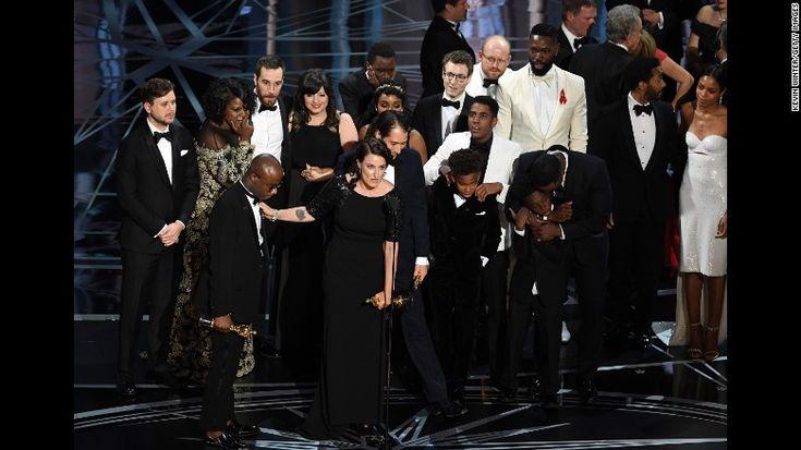 """Бросание и экипаж & Quot; Moonlight & Quot;  принять самое лучшее изображение Оскар во время & л; A HREF = & Quot; HTTP: //www.cnn.com/2017/02/26/entertainment/oscars-2017/index.html""""  мишень = & Quot; _blank & Quot; & GT; Оскар & л; / а & GT;  в воскресенье, 26 февраля Победитель был первоначально объявлен & Quot; La La Land & Quot;  от ведущий Фэй Данауэй, но моменты позже выяснилось, что произошла ошибка, и & Quot; Moonlight & Quot;  на самом деле выиграл."""