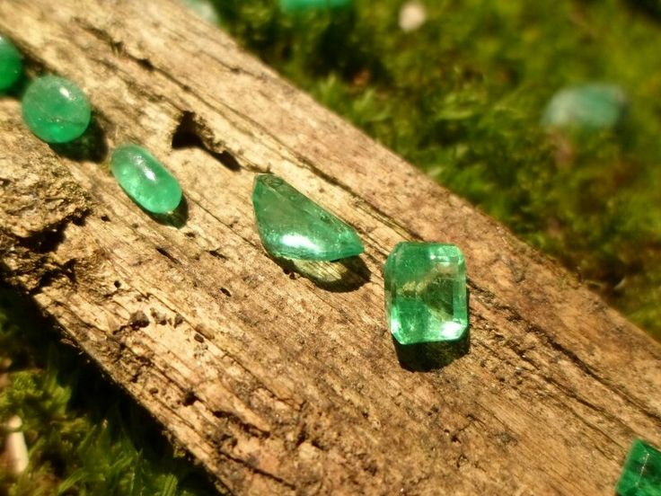 Beautiful Colombian Emeralds, Emerald Crystal Cluster, Emerald Leaf Motif Hand Carved, Natural Colombian Emeralds Facet Rough, Colombian Cabochon Pear shape Emeralds
