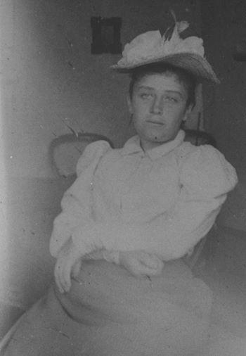 Camille Claudel, 1886, foto scattata a casa dell'amica Florence Jeans... l'interessante è l'espressione seria di Camille, ma soprattutto la sua pancia, piuttosto sospetta direi... era incinta o aveva partorito da poco? Secondo me la seconda...