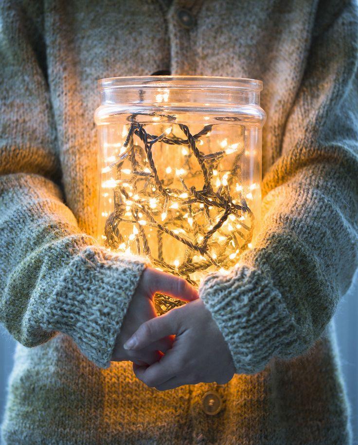 Metti le luci di Natale dentro a contenitori e vasi in vetro trasparente e crea delle composizioni da miste per il centrotavola, a terra nella zona ingresso e sul coffee table  -cosmopolitan.it