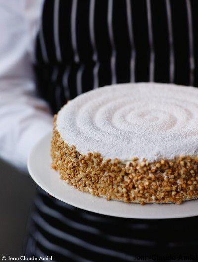 Recette Le succès aux amandes de Gaston Lenôtre : Préparez le biscuit : Montez les blancs avec 1 c. à soupe de sucre et ajoutez le reste de sucre en une foi...