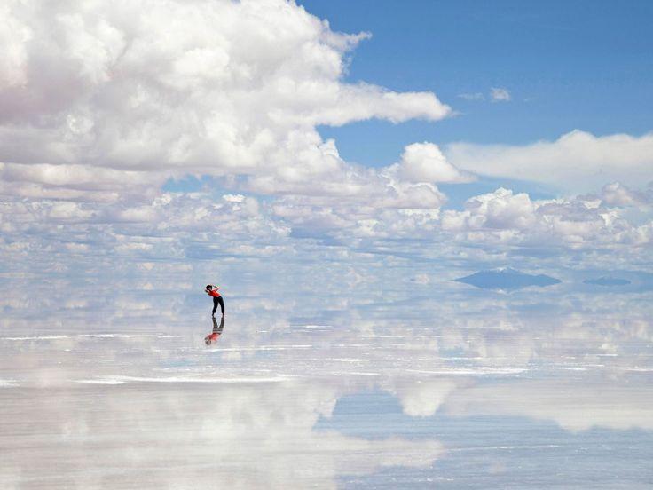 Το Salar de Uyuni στη Βολιβία είναι η μεγαλύτερη αλυκή του κόσμου και είναι όμορφη όλες τις εποχές του χρόνου. Όταν στεγνώσει δημιουργούνται στην απολύτως επίπεδη επιφάνεια της εξάγωνα πλακίδια αλατιού ενώ κατά τη διάρκεια της υγρής περιόδου η ρηχή λίμνη αντικατοπτρίζει τον ουρανό δημιουργώντας τη ψευδαίσθηση του άπειρου.