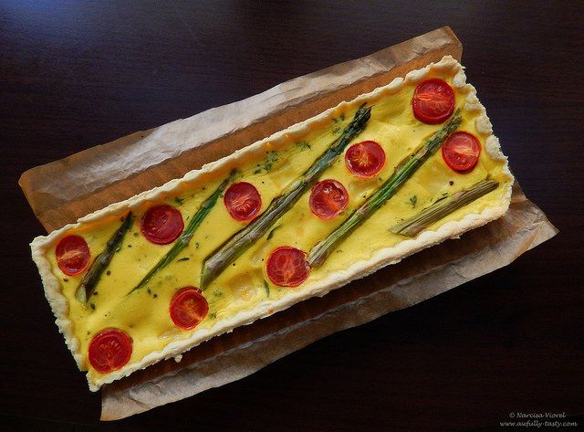 Tarta cu sparanghel si rosii cherry.  Savory pie. Asparagus, cherry tomatoes and emmentaler cheese.