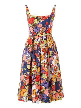 Bringt einen schon beim Nähen in Ferienstimmung, das schwingende Kleid mit figurbetontem Oberteil und weitem Rock mit eingelegten Quetschfalten.