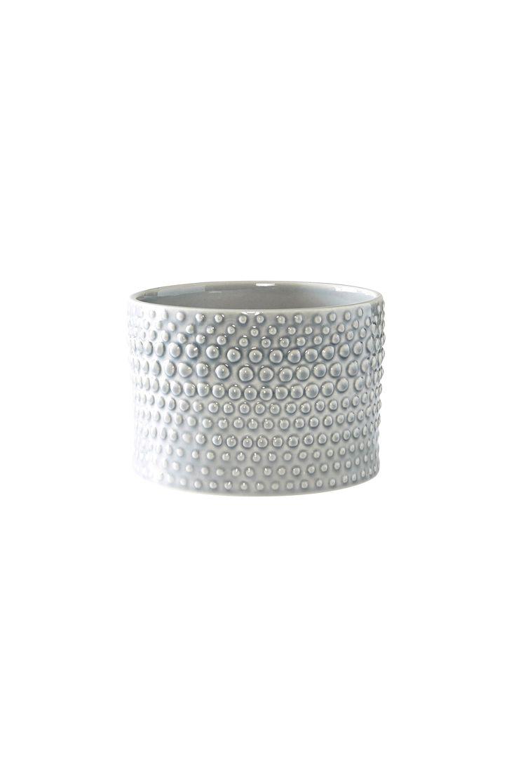 PORTO blir snabbt en favorit med sin glaseraed handgjorda keramik på insidan och bubbliga yta på utsidan. Material: Keramik. Storlek: Höjd 12 cm, ø 17 cm. Beskrivning: Enfärgad kruka i glaserad handgjord keramik med utvändig dekorativ bubblig yta. Skötselråd: Tål maskindisk. Tips/råd: Mixa och matcha krukor i olika färger och storlekar för att skapa en wow-effekt i ditt hem.