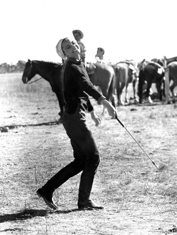 """Audrey plays golf behind scenes of """"The Unforgiven"""""""