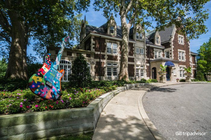 This beautiful 1910 mansion is a hidden gem in Cleveland. It's conveniently located so that guests can enjoy plenty of things to do during the day.