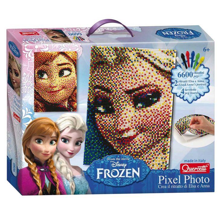 In de doos zitten patronen van Elsa en Anna. Kies een patroon, prik deze vast op het pinbord en je kunt beginnen met het pinnen. Met 6 verschillende kleuren maak jij de mooiste Elsa en Anna. Wees verbaasd over de mooie schilderijen die je aan je muur kunt hangen! De set bestaat uit 6600 pinnen, 2 Frozen afbeeldingen en 4 pinborden. Afmeting: verpakking 39 x 29 x 6 cm - Disney Frozen Pixel Art