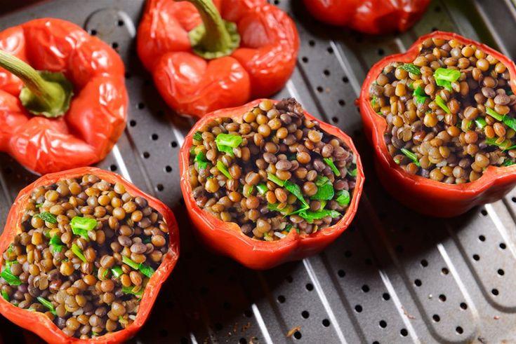 Γεμιστα με φακες  Εν τω μεταξύ, κόψτε τις 4 πιπεριές στη μέση και καθαρίστε τους σπόρους,...