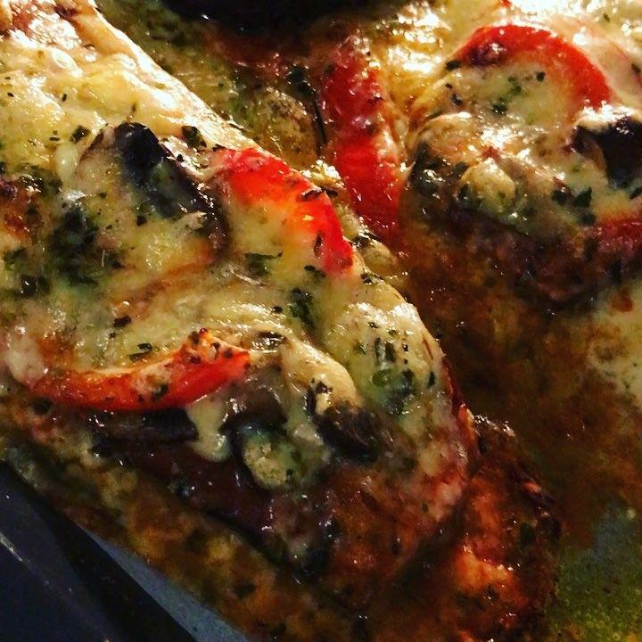 Cheese overdose! 🤪🧀 Tror faktiskt att aubergine-pizza är min favorit-lowcarb-pizzamacka. Så löjligt enkel, Recept. Bara skära zucchini i skivor på med salt + olivolja. Gratinera/baka i ugn 185* ca 20 min. Sen är det bara att lassa på den fyllning du gillar. - Ex.tomatsås med vitlök, champinjoner, paprika och typ ett ton ost & oregano 👌🏼🍕