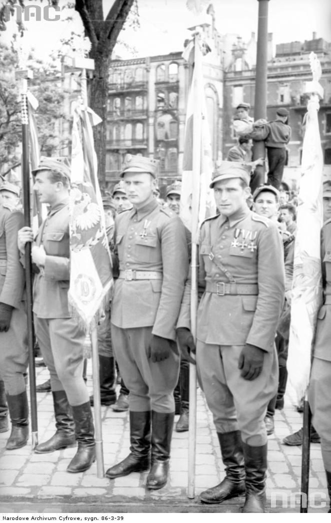 Poczet sztandarowy - żołnierze z odznaczeniami.