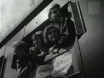 """""""Поезд милосердия"""" (1964). Фильм рассказывает о боевых буднях санитарного поезда. «Поезда, спасающие жизнь» — так называли санитарные эшелоны в годы Великой Отечественной войны. В одном из таких поездов впервые встретились разные по характеру, возрасту и привычкам люди. Четыре года по дорогам войны курсирует поезд милосердия, эвакуируя с фронта раненых. Бомбежки, кровь, смерть, короткие минуты отдыха сближают людей, спасающих чужие жизни. Все они становятся одной большой семьей…"""