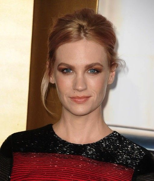 Capelli raccolti color biondo fragola scuro per January Jones.