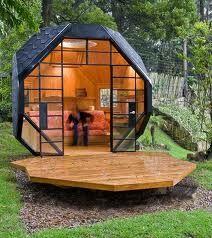 depandance di  7.5 metri quadrati, costruita nel cortile di una casa a Bogotà, Colombia, dall'architetto Manuel Villa, con l'aiuto di Alberto González. Gli  interni sono in legno di pino e la passerella esterna in teak