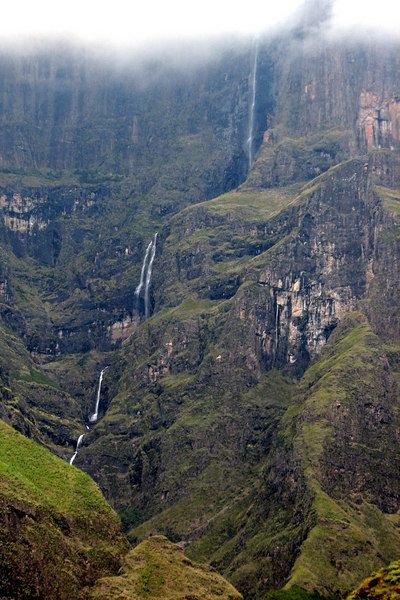 Tugela Falls flows from the summit of Mont aux Sources plummeting 947 meters (3107 feet) to the to the Tugela Gorge, the Drakensburg Escarpment, Royal Natal National Park, Kwazulu-Natal, South Africa