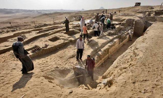 Το πλοίο είχε θαφτεί πάνω σε πέτρινη βάση, δίπλα σε έναν μασταμπά, πυραμιδοειδή τάφο από αυτούς π...