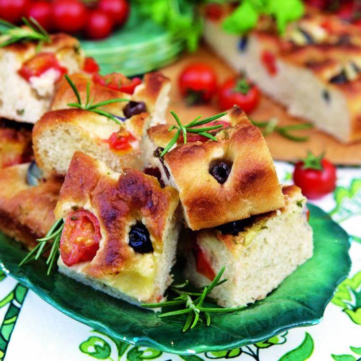 Italiensk focaccia med olivolja, rosmarin, oliver och tomater.