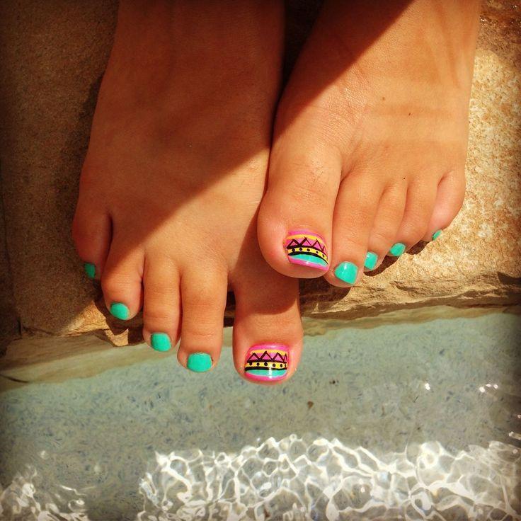 Uñas tribales, super lindo para lucir con tus sandalias! :) #tribal #pedicure