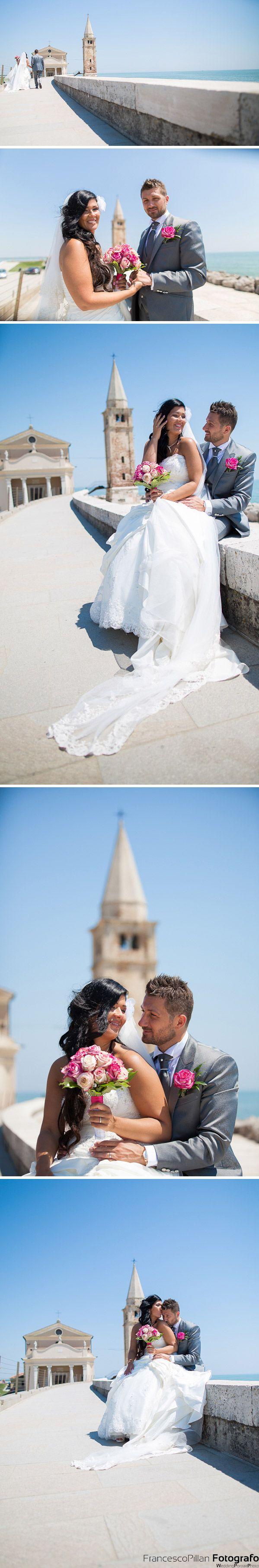 matrimonio caorle sposi sul lungomare con la chiesa madonna del santuario sullo sfondo