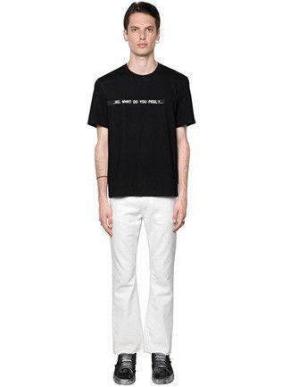 754a6f0b5dc Cómo combinar  camiseta con cuello circular estampada en negro y blanco