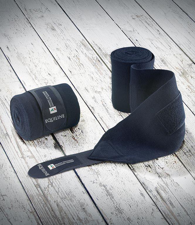 Fasce da riposo Equiline modello Woolen Bandages in morbida maglia con chiusura Velcro. Grazie ad un particolare trattamento del filato i trucioli non rimangono attaccati alle fasce. Misure: -12 cm x 400 cm -12 cm x 500 cm. Set da 2 pezzi.