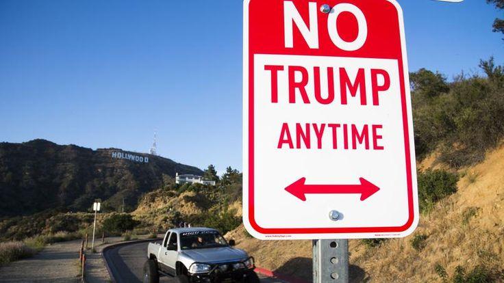 Dans certaines villes américaines, le street artist Plastic Jesus a détourné des panneaux de stationnement où il est écrit «interdiction de stationner à toute heure» en: «Interdit à Trump à toute heure.»