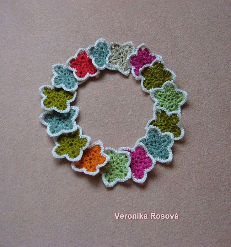 Vánoční hvězdičky XXVI/14 co dům dal Háčkované hvězdičky z přízí Nela, Dorka, Camilla různých barev. Neškrobené. Velikost je cca 6cm. Hvězdičky můžete využít jako dekoraci nebo ozdůbky na stromeček či jako aplikace. Cena je za 1ks. Podle doplňkové fotografie si můžete vybrat. Do zprávy písněte číslo barvy a počet ks. 1 - bílá a zelená - 4ks 2 - bílá a ...