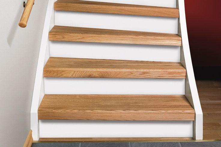 Renoveringstrappsteg ek med vita sättsteg i stängd trappa