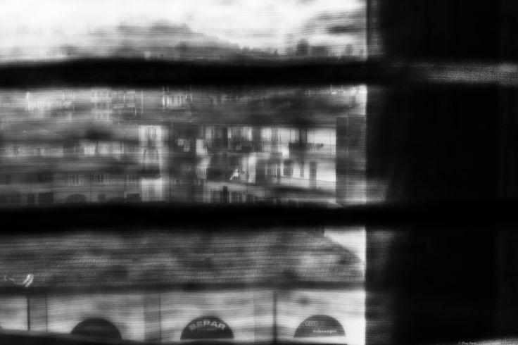 come se potessi cancellare... - in questo caso il bianco e nero mi ha aiutato ad esprimere una sensazione, ma l'ha anche virata al peggio... mi spiego: la mia casa è molto luminosa, soprattutto nel tardo pomeriggio; entrando sono stato folgorato dalla luce che entrava filtrata sia dalla zanzariera che dalle veneziane interne. Sono andato a prendere la Canon e ho scattato questa foto. Quando l'ho vista mi sono reso conto del fatto che il colore non andava bene e anche la luce era troppo…