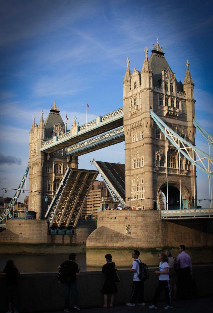 Tower Bridge - (puente de la torre) atraviesa el Támesis en el extremo oriental de Londres. Cuando se construyó, en 1894, fue considerado una obra maestra de ingeniería, comparable a la ya famosa Torre Eiffel, inaugurada en París solo cinco años antes. Un mecanismo a vapor muy potente regulaba la apertura del tramo central y permitía el paso de lo barcos mercantes. Actualmente, el antiguo dispositivo se ha sustituido por una instalación eléctrica moderna, pero el mecanismo original todavía…