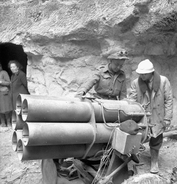 Le Private P.P. Beauchamp du Régiment de Maisonneuve et le Dr. Cohier examinent un Nebelwerfer 41 allemand dans une carrière de Fleury-sur-Orne, 20 juillet 1944.