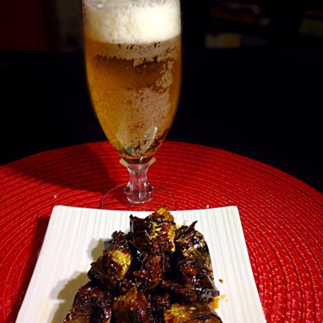 イワシを酢で煮てから更に甘辛煮します。酢で骨まで柔らかく、生姜で生臭みも抜けていい感じです  ビールはグラスにソルトリムしたソルトビアで。塩味のビール、なかなか旨いです - 82件のもぐもぐ - イワシの生姜煮+あつし's BAR No.6ソルトビア by kedent17